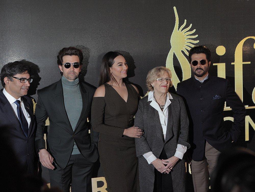 La alcaldesa de Madrid, Manuel Carmena, estuvo acompañada en la presentación por los actores indios Anil Kapoor y Hrithik Roshan así como la actriz Sonakshi Sinha.