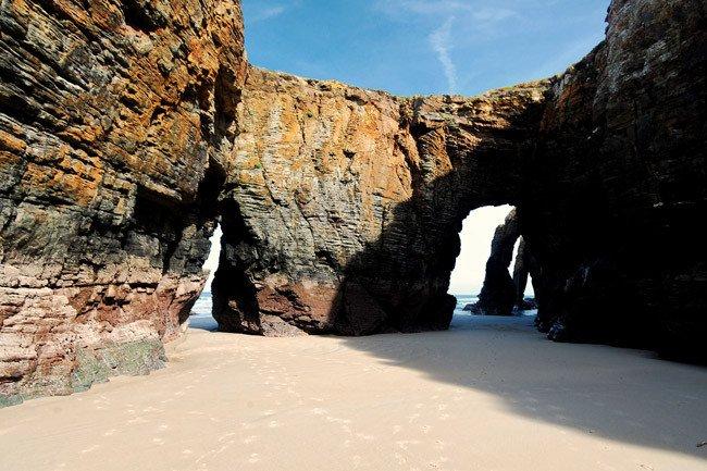 La alfuencia máxima a la Playa de las Catedrales en temporada alta será de 4.812 personas diarias.