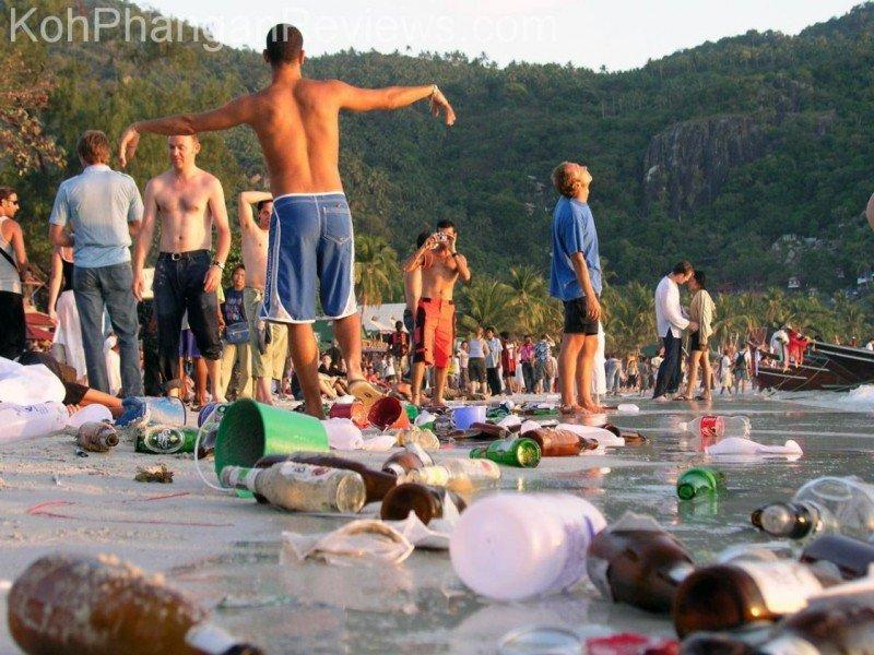 La playa de la isla de Phangan, Tailandia, tras la fiesta de la Luna Llena, a la que acuden miles de turistas.