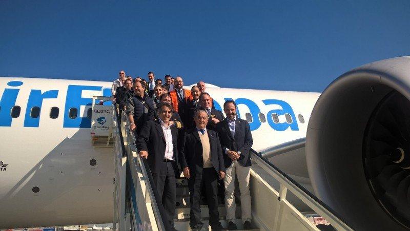 Los pasajeros del vuelo de entrega.