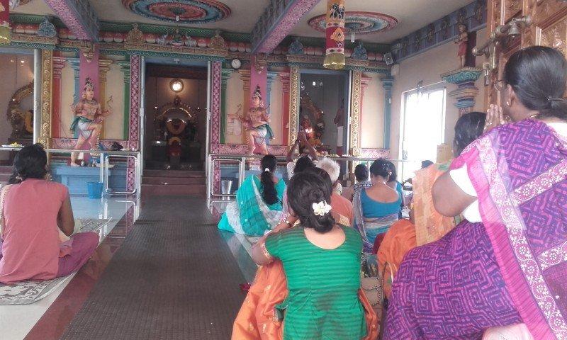 La mayor parte de la población practica el hinduismo.