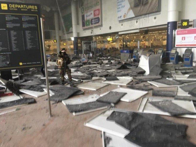 Cierran el Aeropuerto de Bruselas tras dos explosiones (vídeo)