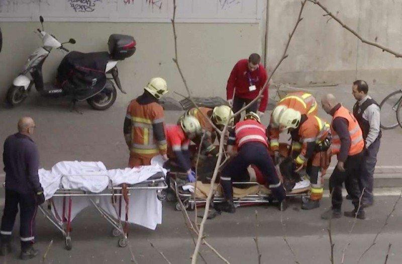 Los equipos de emergencia atienden a los heridos por la explosión en el metro de Bruselas (Foto AP).
