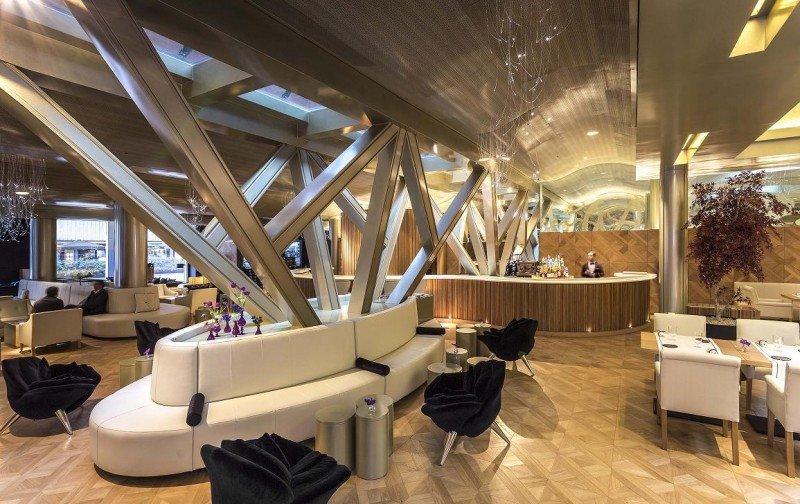 En el lobby se han transformado las antiguas paredes de carga en una gran viga en forma de árbol invertido con un lucernario para que pueda entrar la luz.
