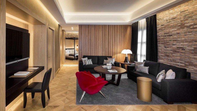 La Suite Enric Batlló dispone de vestidor, cuarto de baño con jacuzzi, zona de estar con cocina incorporada y comedor,  y tres balcones al Paseo de Gracia.
