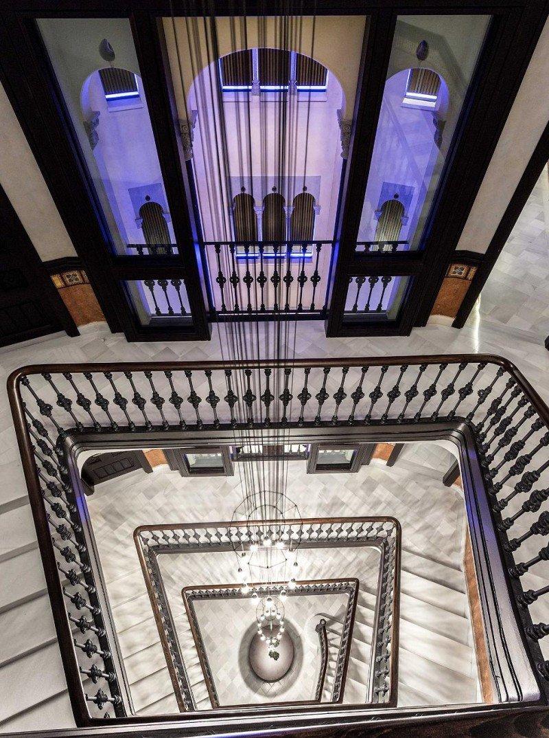 La escalinata principal y el patio interior son dos de los elementos que, junto con la fachada, se han conservado del edificio original.