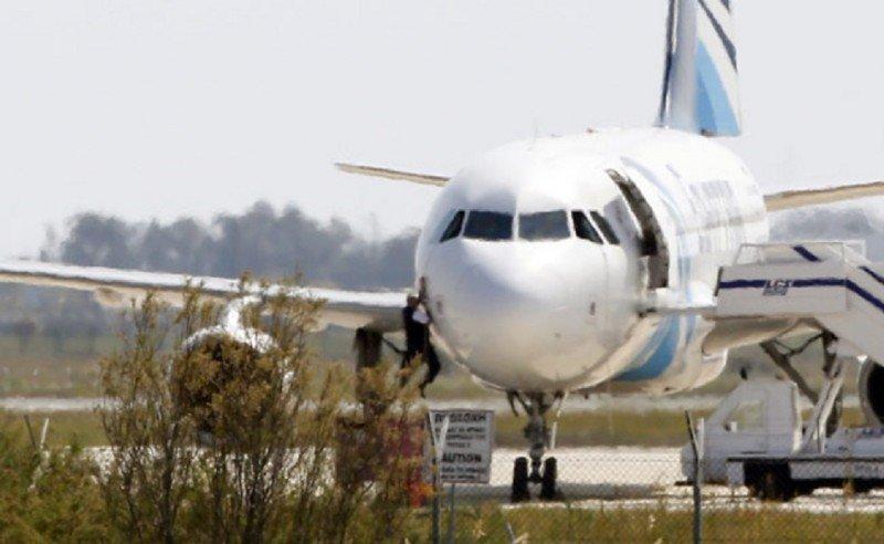 Arrestan al secuestrador del avión de Egyptair tras la liberación de todos los rehenes