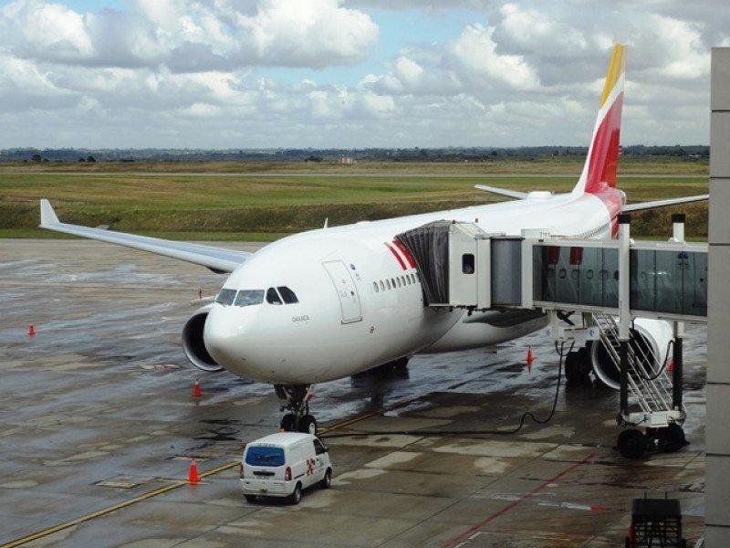 El nuevo Airbus A330-200 de Iberia en el Aeropuerto de Carrasco.