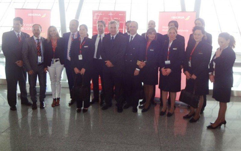 Tripulación y autoridades en el primer vuelo del nuevo avión a Montevideo.