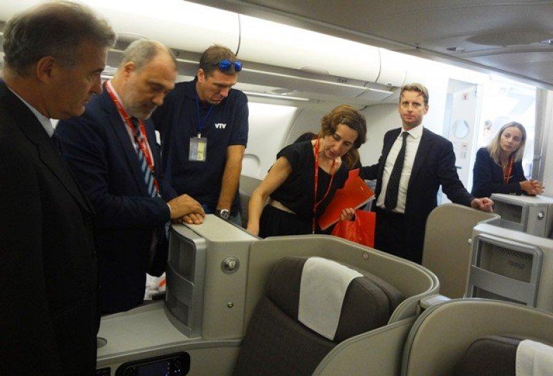 El director regional de la aerolínea encabezó una visita al nuevo avión con autoridades y prensa.
