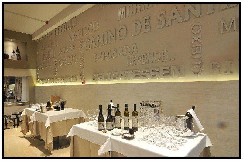 En el hotel delicatessen San Carlos están presentes productos gallegos como vermuts, aceites, conservas, ginebras, licores, vinos, mieles, quesos y repostería, entre otros.