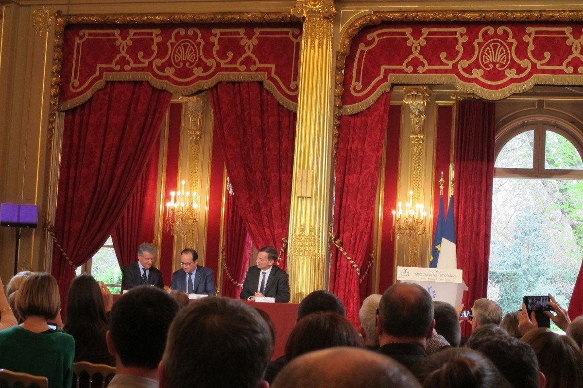 Firma del acuerdo de intenciones en el Palacio del Elíseo.
