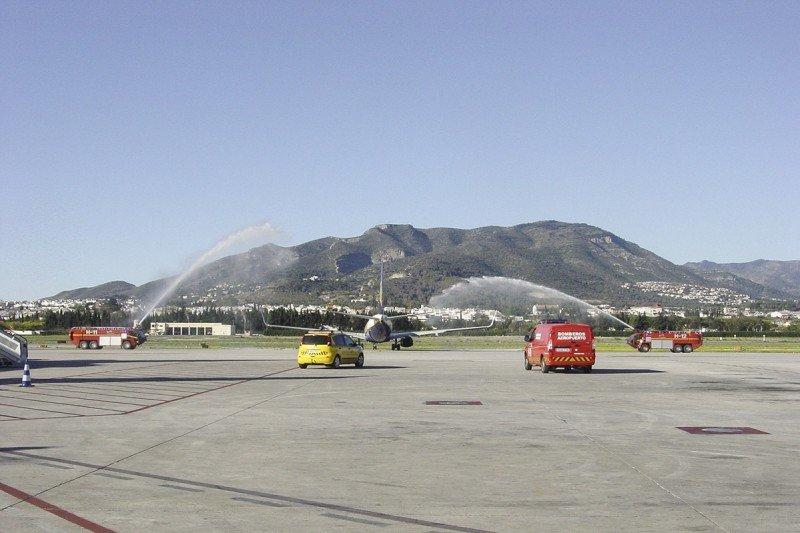 Un avión de Ryanair recibe el tradicional bautizo en el estreno de una de sus nuevas rutas desde el Aeropuerto de Málaga.