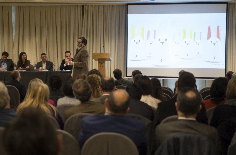 En la primera mesa de la jornada se ha analizado la aplicación del Internet de las Cosas en el sector turístico.