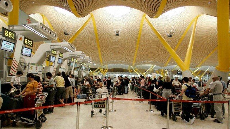 Pasajeros en al T4 e Madrid-Barajas, aeropuerto que mantiene su posición como primero de España en tráfico (Foto: Efe).