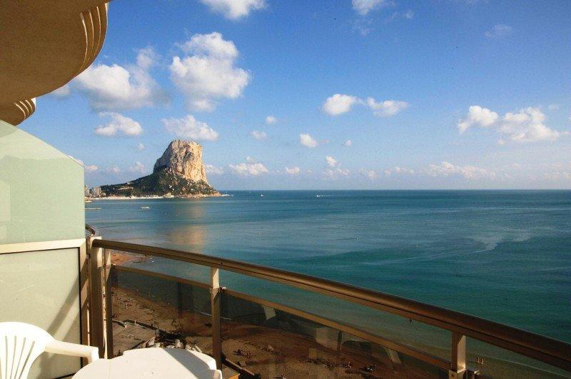 Las 278 habitaciones del Hotel Bahía Calpe disponen de balcón privado, algunas con vistas al Peñón de Ifach.