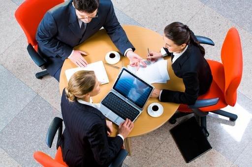 Las mujeres, gestores de viajes, suelen trabajar en grandes empresas.