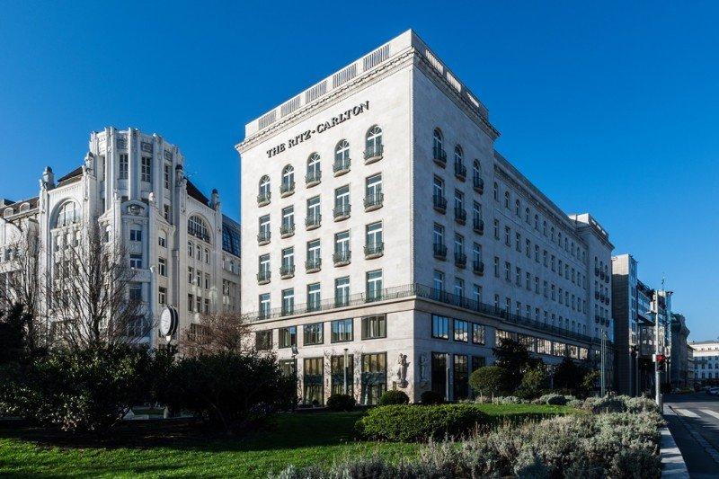The Ritz-Carlton Budapest ocupa un edificio construido en 1914 como sede de una compañía de seguros italiana.