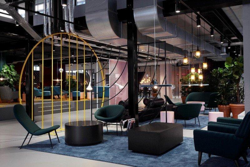 El lobby del hotel alberga amplios espacios para que sus clientes puedan socializar.