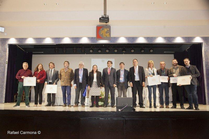 Los premiados y los organizadores.