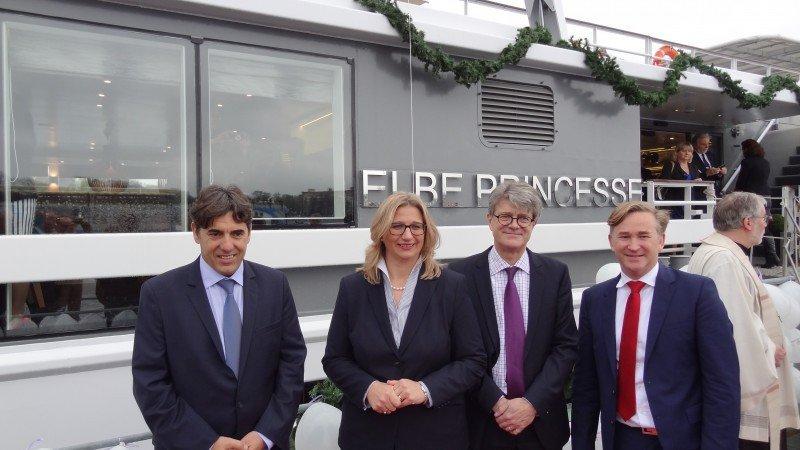 A la izquierda, Christian Schmitter, director Comercial y uno de los cuatro propietarios de la Compañía, con Anke Rehlinger, madrina del barco, y autoridades que asistieron a la presentación.
