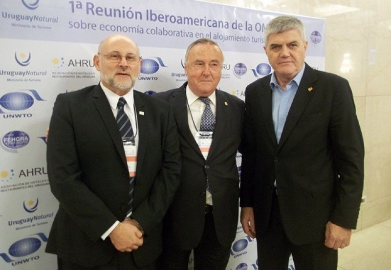 Jesús Gatell (centro) junto a los presidentes de las asociaciones de hoteleros de Uruguay y Argentina, Juan Martínez y Roberto Brunello.