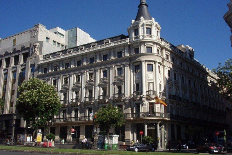 """CEHAT opina que el informe 'se basa en principios teóricos sin contrastar en España ni su impacto posterior en el sector turístico"""". En la imagen, sede de la CNMC en Madrid."""