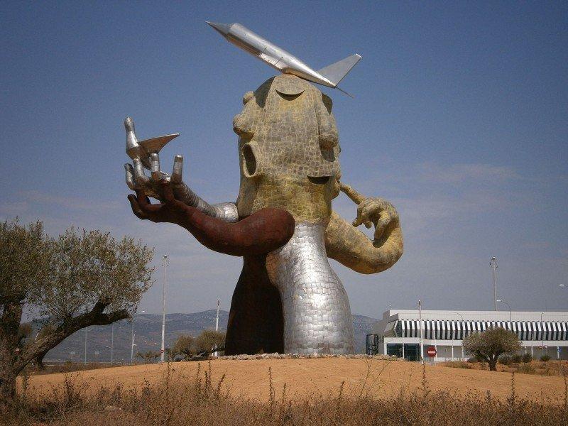 Estatua «El hombre avión» de Juan Ripollés, a la entrada de la Terminal del Aeropuerto de Castellón, encargada por el propio Fabra, símbolo del despilfarro que ha significado la infraestructura, cuestionada por la Comisión Europea.