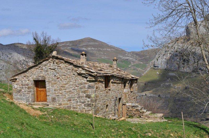 Las cabañas se encuentran en el Valle Pasiego del Miera, uno de los parajes más especiales de Cantabria.