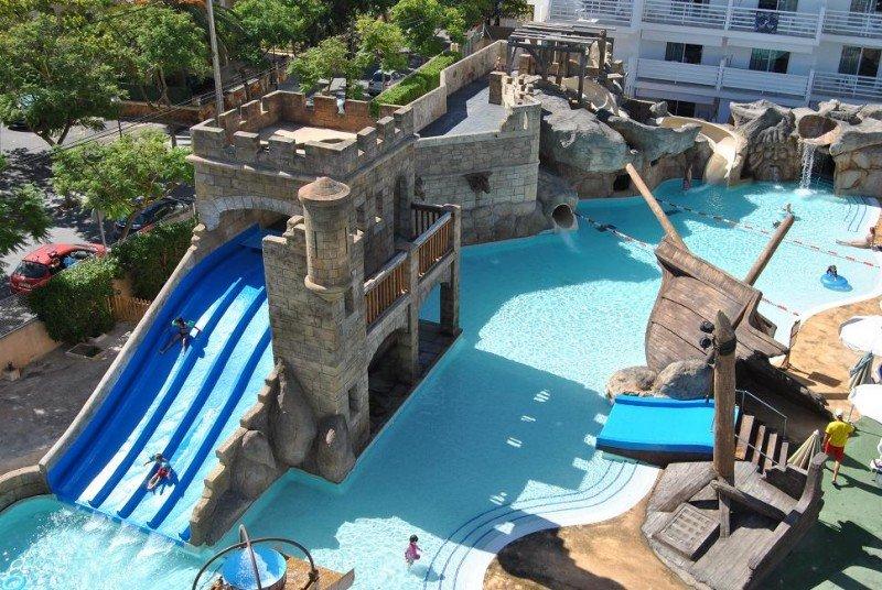 El establecimiento, con 143 apartamentos, dispone de dos piscinas, una de ellas para los más pequeños y otra con diferentes áreas alrededor de la Torre Pirata.