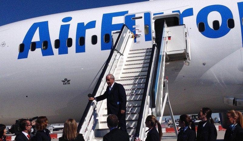 Juan José Hidalgo en las escalerillas del Boeing 787 Dreamliner de Air Europa.
