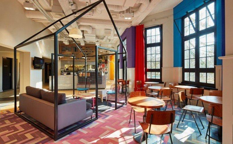 La cafetería del Generator Amsterdam también está habilitada para que los clientes puedan socializar.