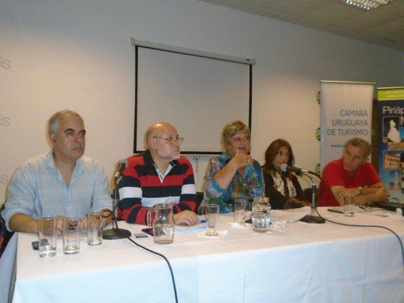 Mesa de autoridades en la reunión de CAMTUR en Piriápolis. Foto: Cipetur