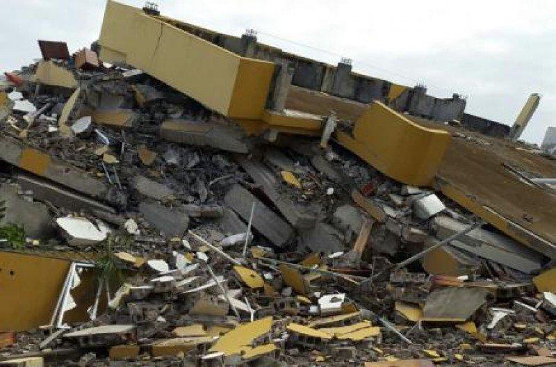 Hotel en Pedernales de seis plantas que se vino abajo por el terremoto.