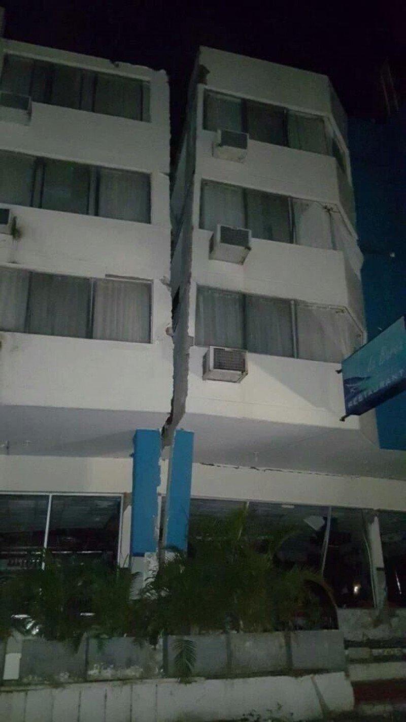 Hotel Gaviotas en Manta, literalmente partido al medio.