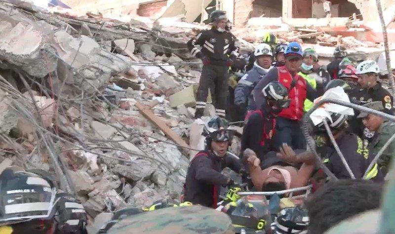 Rescate bajo los restos del hotel El Gato de Portoviejo. Foto: El Diario de Ecuador