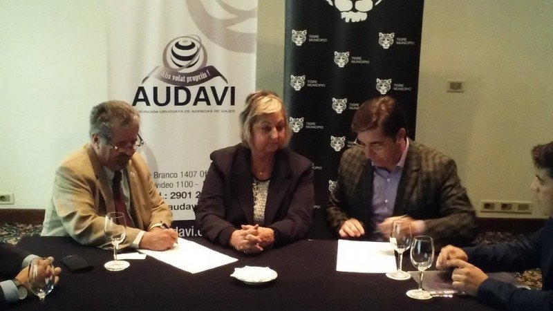 Firma del acuerdo entre AUDAVI y la municipalidad de Tigre.