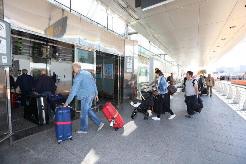 Primeros pasajeros en utilizar el reabierto hall de salidas del Aeropuerto de Bruselas (Foto: Metro).