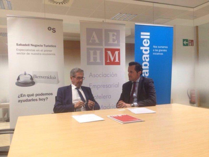 De izq. a dcha, el presidente de la AEHM, Antonio Gil, y el director regional del Banco Sabadell, Alberto Maté, durante la firma del convenio.