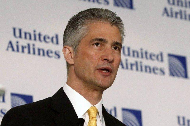 Indemnización millonaria a exCEO de United Airlines, despedido por escándalo