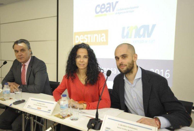 Sonia Prieto junto a Rafael Gallego (izda.) y el abogado Ricardo Fernández.