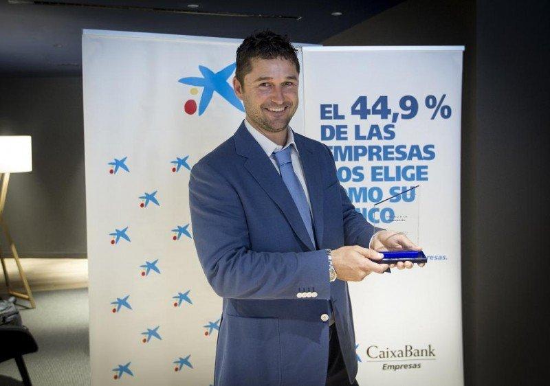 Christian Roses, director ejecutivo de Pirates Village Hotel, recibe el galardón de CaixaBank.