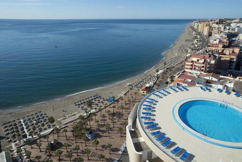 Tras la remodelación el hotel El Puerto by Pierre Vacances ofrece una piscina en la azotea con bar y restaurantes panorámicos.