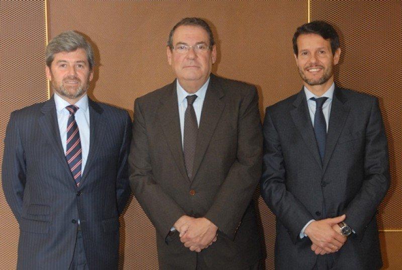 De izq. a dcha, Jose María Martín Rigueiro, director de Sabadell Negocio Turístico; Joan Molas, presidente del ITH; y Eduardo Currás, subdirector general y director de Banca de Empresas de Banco Sabadell.