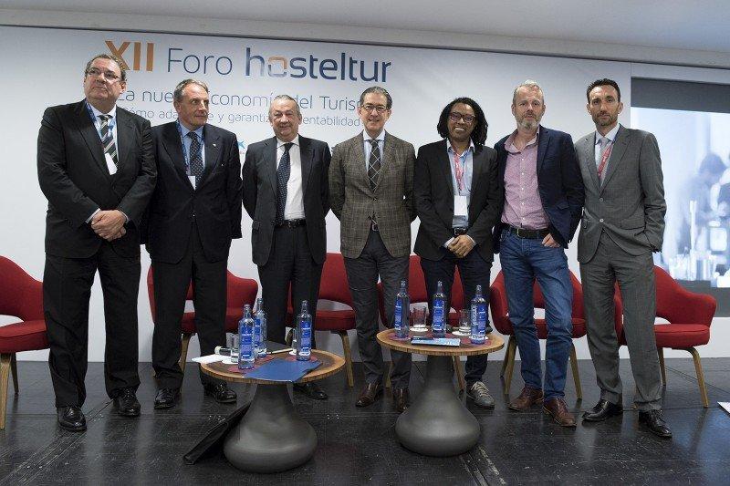 Los miembros de la segunda mesa: el moderador Joan Molas, José Díaz Montañés, José Manuel Muriel, André Gerondeau, Amuda Goueli, Justin Reid y el director de Hosteltur Manuel Molina.