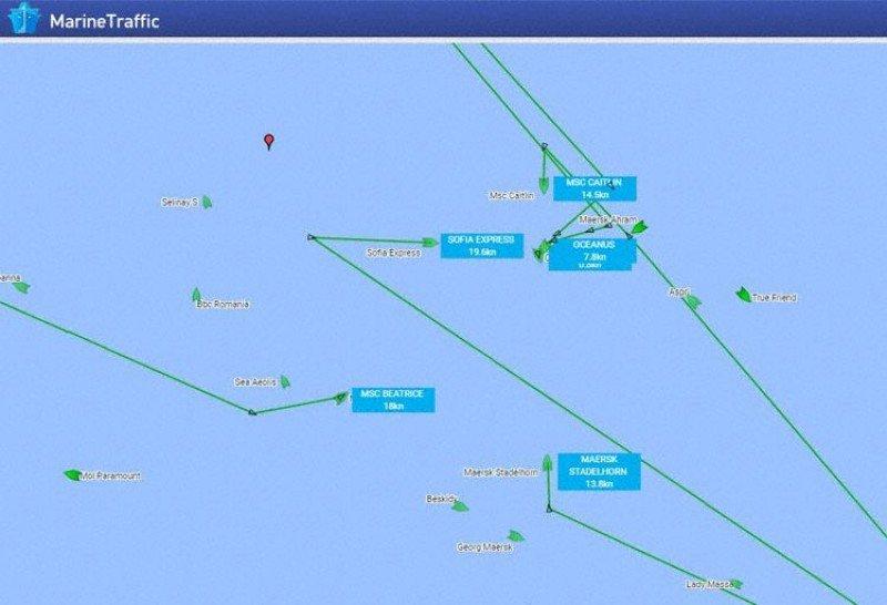 Un buen número de barcos salieron rumbo hacia una posición común (Gráficos: MarineTraffic/ The Aviation Herald).