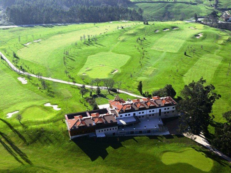 El Oca Palacio de la Llorea Hotel Spa se ubica en el campo de golf del mismo nombre, a 10 kilómetros de Gijón.