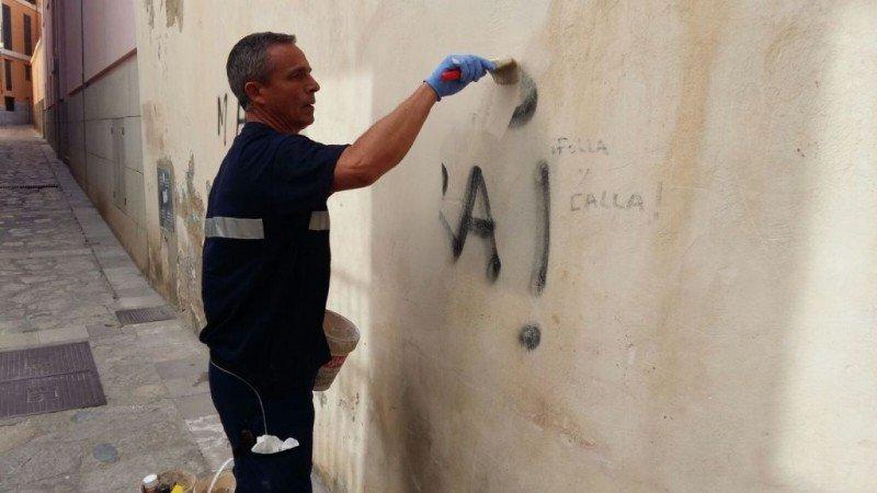 Palma limpia las pintadas anti turismo