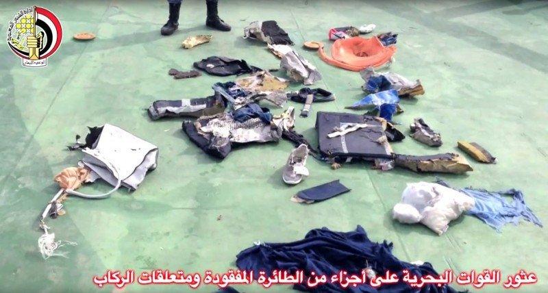 El examen forense preliminar apunta a una explosión en el avión de Eyptair