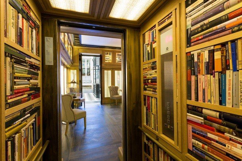 Interior de los nuevos ascensores del hotel, forrado de libros.